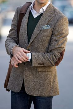 A tweed blazer is a versatile and stylish fall menswear essential. Here's a dressed up casual look featuring a brown donegal tweed blazer. Tweed Blazer Men, Tweed Suits, Brown Tweed Suit, Tweed Men, Elbow Patch Jacket, Elbow Patches, Sports Jacket, Blazers For Men, Black Blazers