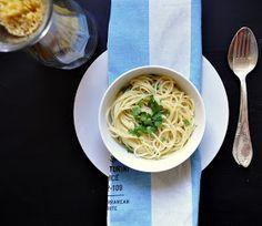 White Tablecloth - ciekawe przepisy na codzień: Spaghetti aglio olio peperoncino czyli sekret tkwi w prostocie. #eloelo