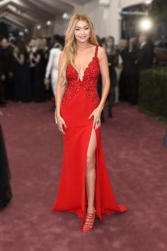 Gidi Hadid, sexy en robe de soirée rouge fendue.