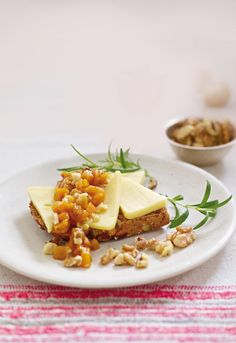 Norvegia Fyldig sammen med en søt godbit er en delikatesse som snacks eller som en smakfull minirett på lunsjbordet. Her er det den gode hvitosten og den lune apsrikoschutneyen som sammen utgjør helheten, så du må gjerne sløyfe brødet om du ønsker det.