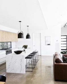 "THE KITCHEN HUB (@thekitchenhub) ""Light & bright. Dream kitchen inspo by @jmhomesbendigo / Styling"