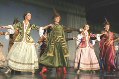 Dancers in traditional Polish costumes. Learn Polish, Polish People, Poland History, 17th Century Fashion, Polish Language, Visit Poland, Freedom Of The Press, Polish Folk Art, Historical Costume