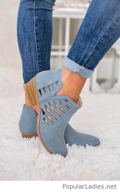 Blue boots and blue jeans - Boot Heels - Ideas of Boot Heels - These boots are super cute! And I love the way they look with blue jeans! Women's Shoes, Me Too Shoes, Strappy Shoes, Blue Shoes Outfit, Flat Shoes, Cute Shoes Boots, Golf Shoes, Platform Shoes, Dress Shoes