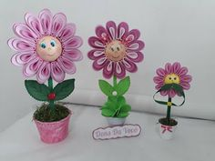 Aprende cómo hacer un hermoso regalo de flores en foami ~ Haz Manualidades Planter Pots, Floral, Crochet Vase, Flower Girl Pictures, Vases, Potted Flowers, Peso De Porta, Multiplication Tables, Rose Petals