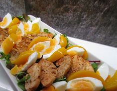 Joskus aikoinaan lempparini Hesburgerissa oli kanasalaatti, johon tuli persikkaa ja kanamunaa. Salaatti on superhelppo kotioloissakin. Curr... Food N, Food And Drink, Different Salads, Tuli, Cobb Salad, Sausage, Grilling, Healthy Recipes, Healthy Food