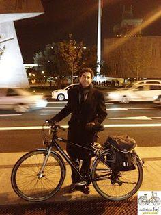 """""""Siempre puedes encontrar una ruta adecuada entre tu casa y el trabajo para ir en bici"""", Antonio Baena, con su bici por Colón (Madrid)"""