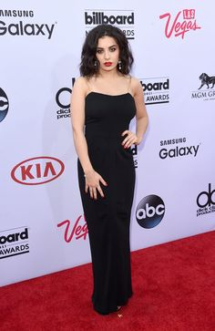 Pin for Later: Seht alle Stars auf dem roten Teppich bei den Billboard Awards! Charli XCX