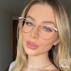 Fashion Eye Glasses, Glasses Frames, Mode Outfits, Jewels, Sunglasses, Womens Glasses Frames, Eyeliner Makeup, Girls In Glasses, Perfect Makeup