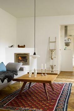 Bryd det klassiske look med pudsige skulpturer, stager, puder eller lignende. Stigen, der læner sig op ad væggen ud til køkkenet, er lavet af en af Joakim Lassens personlige venner, kunstneren Marco Evaristti.