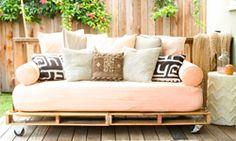 Avec ce mobilier de palettes vous pouvez utiliser vos palettes en bois pour donner une belle finition à votre salon et faire une sieste les dimanches