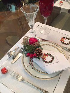 Mesa natalina mais clássica, com jogo americano lindo de linho, combinado com o guardanapo.