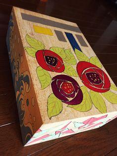 桐の箱の装飾をしました。薔薇、幾何学、荒波、折り鶴です。水彩絵の具を久しぶりに使いました。写真ではわかり辛いですが、実際は金色の絵の具が映えています。  I decorated the box made of paulownia wood. Rose, Geometry,  Wild Waves, Folding Paper into a crane. I used acrylic colors after a long time. Actually, the gold paints shines, though it hard to realize in these photos.