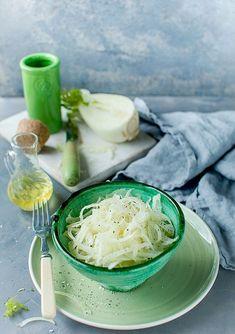 . Le fenouil est utilisé depuis les temps anciens comme légume, aromate ou pour ses propriétés médicinales. Il a une saveur douce, légèrement sucrée et agréable qui rappelle celle de l'anis. Utilisé cru, en salade, c'est une excellente source de potassium, vitamine C et acide folique. Canada Food Guide, Fennel Salad, Folic Acid, Group Meals, Meal Planning, Tasty, Nutrition, Stuffed Peppers, Healthy