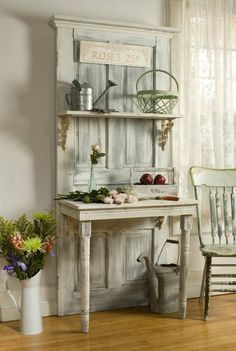 Als Wohnidee alte Gegenstände wiederverwenden - Tür und Tisch