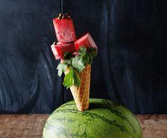 Granatapfelsirup und Wassermelone zu kombinieren, ist unglaublich erfrischend. Wenn man das Ganze noch ins Eisfach stellt, wird daraus ein aromatisches Dessert für den Hochsommer.