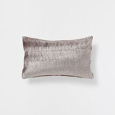 Stay up to date with cushions and decorative pillows from the new Zara Home collection. Floral, gray, white, golden or blue throw pillows and cushion covers. Zara Home España, Zara Home Collection, Velvet Cushions, Home Fragrances, Home Textile, 30, Decoration, Home Accessories, Decorative Pillows