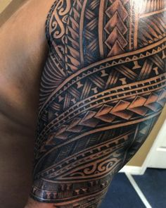 Polynesian half sleeve with latte stone motif. Guamanian styled by Michael Fatutoa The post Polynesian half sleeve appeared first on Tattowierung. Trible Tattoos, Hand Tattoos, Tribal Tattoos For Men, Tribal Sleeve Tattoos, Japanese Sleeve Tattoos, Sleeve Tattoos For Women, Body Art Tattoos, Tattoos For Guys, Chinese Tattoos