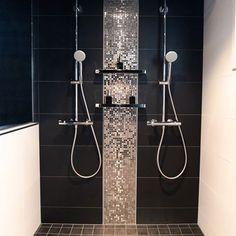 Mosaiikki Bathroom Design Luxury, Modern Bathroom, Master Bathroom, Bathroom Inspiration, Interior Inspiration, Black Tiles, Custom Shower, Bathroom Toilets, Glass Shower