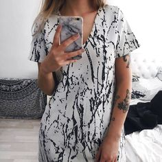 This Is The Best Accessory Trick You Should Try Immediately - Beautiful Black And White Patterned V-Neck Dress With Matching Phone Case