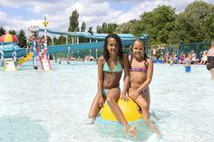 Zusjes genieten van het buitenzwembad. Bikinis, Swimwear, Park, Fashion, Bathing Suits, Moda, Swimsuits, Fashion Styles, Bikini