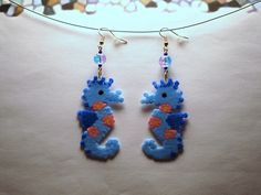 544 - Boucles d'oreilles longues, hyppocampe - Perles hama : Boucles d'oreille par tout-en-boucles Plastic Beads, Hama Beads, Bead Patterns, Coding, Cute Things, Hama Beads Jewelry, Boucle D'oreille, Curls, Projects To Try