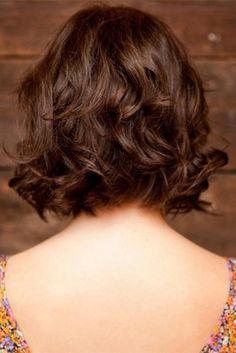 Las melenas onduladas funcionan mejor con suaves capas como este look
