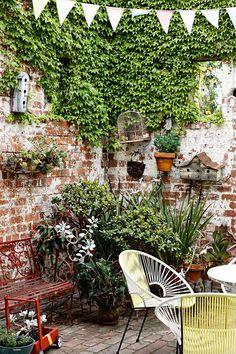 Walled courtyard garden with lots of plants - Modern Small Courtyard Gardens, Small Courtyards, Balcony Garden, Small Gardens, Outdoor Gardens, Garden Hammock, Garden Nook, Brick Garden, Corner Garden