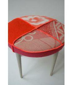 schattige ronde poef, opnieuw bekleed met wollen dekens in roze/ oranje tinten en afgewerkt met neon oranje lockgaren. Kan ook gebruikt worden met een rond dienblad erop als bijzettafel.