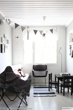Black and white children's room. White Kids Room, Room Kids, Kidsroom, Nursery, Black And White, Bed, Modern, Rooms, Decorating