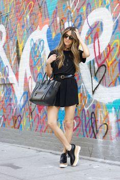 Vestido preto e tênis.