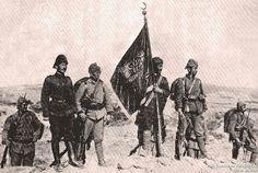 Arıburnu Kanlı sırt'ta düşman siperlerine dikilen gazi alay sancağıyla muhafızları