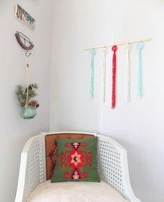 DIY Holiday Wall Hanging by apairandaspare