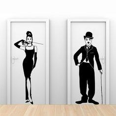 Vinilos de Charles Chaplin, para el baño masculino, y de Audrey Hepburn, para el baño femenino. Originales y fáciles de entender por todos.