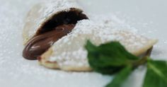 Calzones não precisam, necessariamente, ter recheio de pizza. Conheça a seguir uma versão irresistível recheada com creme de avelã e chocolate, pronta para ser um sucesso. A receita é dos chefs Eliane e Vittorio Manzoli, do restaurante Famiglia Manzoli, em Ilhabela