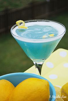 Beach Martini--a delicious sea blue cocktail perfect for summer Easy summer martini recipe, perfect for entertaining or girls night. A pretty sea blue drink for summer entertaining! Blue Drinks, Cocktail Drinks, Alcoholic Drinks, Party Drinks, Cocktail Shaker, Blue Curacao Drinks, Lemonade Cocktail, Fruity Cocktails, Mixed Drinks