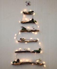 Arboles de navidad sobre la pared, una tendencia decorativa, muy versátil, en este caso con troncos pequeños. #DecoracionNavidad