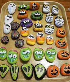 Here are 20 Halloween rock painting ideas to help get you inspired to create your very own Halloween painted rocks. If you're new to rock painting, see below for the best rock painting supplies. Rock Painting Patterns, Rock Painting Ideas Easy, Rock Painting Designs, Paint Designs, Halloween Rocks, Halloween Crafts For Kids, Halloween Art, Halloween Trophies, Pebble Painting