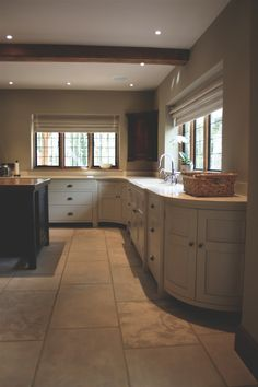 Project: Hertford Kitchen Design: Longford The ultimate bespoke kitchen, the classic Longford embraces the symmetry of Georgian kitchen design. Barn Kitchen, Kitchen Island Table, Farmhouse Kitchen Island, Kitchen Island With Seating, White Kitchen Cabinets, Rustic Kitchen, Country Kitchen, Kitchen Decor, Kitchen Design