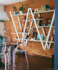O design dessa estante lembra duas escadas de ponta cabeça. Uma ideia simples e fácil de reproduzir.