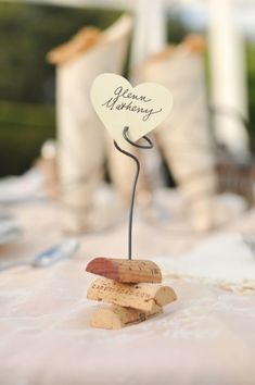 Change a bit: wine cork half, wire twisted into a picture holder? Would make a great favor or food marker for buffet. #vintage #wedding