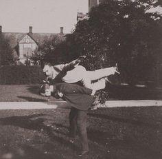 """Lo Zar Nicola II di Russia letteralmente """"gioca a fare l'aeroplano"""" (1890)"""