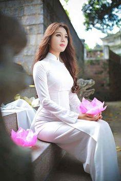 Beautiful Girls World Asian Woman, Asian Girl, Moda China, Vietnam Girl, Vietnamese Dress, Asian Hotties, Female Poses, Beautiful Asian Women, Ao Dai