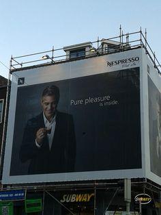 Een groot doek van Nespresso hangt op een hoek van de Neude en Voorstraat. Dat is een hele handige plek aangezien er dat een van de drukste plekjes van Utrecht is. Ook is de Bijenkorf, waar je Nespresso kan halen, niet ver weg. Verder is het gewoon een mooie foto van George Clooney, wat ook niet heel vereerd is om naar te kijken, met een typische Nespresso slogan. Een hele sterke reclame uiting.