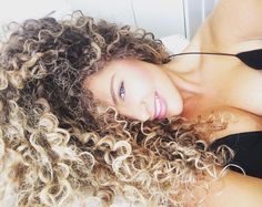 I wish I could pull off this naturally curly look. African and Latina girls are so lucky..