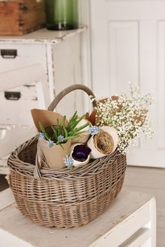 DIY:: Easy French Country Cone Basket (there are separate tutorials in this post, for beautiful easy home decor) French Baskets, Vintage Baskets, Wicker Picnic Basket, Wicker Baskets, Estilo Cottage, Vibeke Design, Basket Decoration, Easy Home Decor, Flower Basket