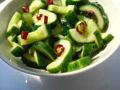 Salata chinezeasca de castraveti Chinese Food, Zucchini, Sushi, Salads, Food And Drink, Vegan, Vegetables, Blog, Chinese Cuisine