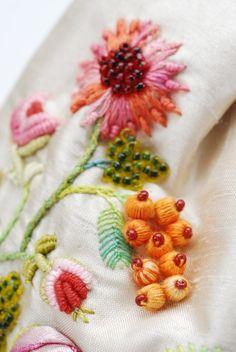 Carolines Bag is een echt prachtig, een van de soort beurs van de hoogste kwaliteit die is volledig ontworpen, genaaid, en met de hand geborduurd door mij. Deze persoonlijke creatie ingewikkelde binddraad is geïnspireerd door de Franse Rococo-tijdperk en het sport-een verscheidenheid van mooie materialen zoals: draden, kralen, stenen en linten. Dit kostbare stukje is ongelooflijk veelzijdig als het kan worden gebruikt als elegante avondkleding of zelfs glamourize je dagelijkse outfit…