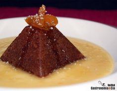 Bizcocho de chocolate con sopa de naranja