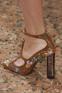 Explore the looks, models, and beauty from the Emilio Pucci Spring/Summer 2015 Ready-To-Wear show in Lake Como on 20 September with show report by Jessica Bumpus Emilio Pucci, Pretty Shoes, Beautiful Shoes, Peep Toe, Christian Louboutin, Moda Outfits, Fall Outfits, Style Personnel, Classic Ugg Boots