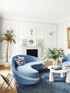 Contemporary blue living room with curved sofa and Maison Jansen brass palm tree… - All For Decoration Blue And White Living Room, Living Room Grey, Living Room Decor, Blue Velvet Sofa Living Room, Dining Room, Dining Table, Couch Design, Canapé Design, Design Ideas